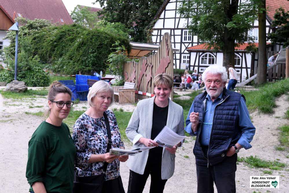 Anne Hülsen, Monika Mlynczak, Nadine Somer und Gerd Mlynczak wollen das Karussell auf dem Areal des früheren Streichelzoos errichten lassen. Foto: Alex Völkel