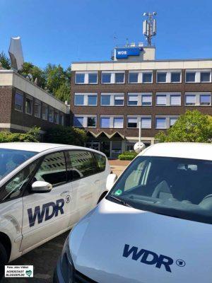 Viele Wagen von ReporterInnen und Kameraleuten blieben im WDR-Landesstudio Dortmund auf dem Hof.