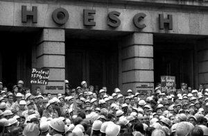 Streikenden Hoeschianer vor der Hauptverwaltung der Westfalenhütte im September 1969. Foto: Archiv Peter Keuthen