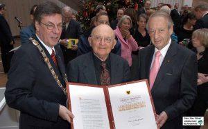 Der jüdisch-israelische Schriftsteller Aharon Appelfeld (mi.) erhielt 2005 den Nelly-Sachs-Preis von OB Dr. Gerd Langemeyer überreicht - im Beisein des Vorsitzenden des Zentralrates der Juden in Deutschland, Paul Spiegel (re.)