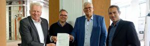 Regierungspräsident Hans-Josef Vogel (2.v.r.) hat den Förderbescheid an den OB Ullrich Sierau (li.) und an Tobias Ehinger (re.), geschäftsführender Direktor des Dortmunder Theaters und Marcus Lobes, den künstlerischen Leiter der Akademie überreicht. Foto: Anneliese Schürer