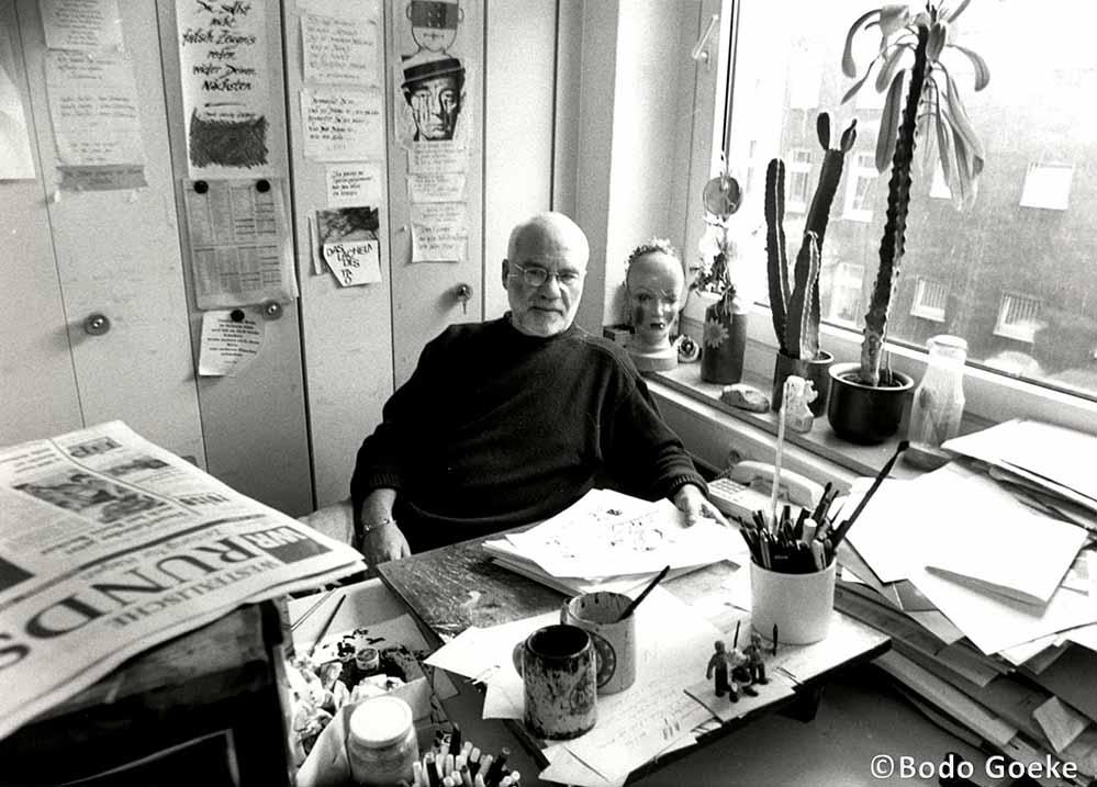 Bernd Gutzeit an seinem Arbeitsplatz. Ab 1968 war er bei der Westfälischen Rundschau in Dortmund beschäftigt. Bild: Bodo Goeke