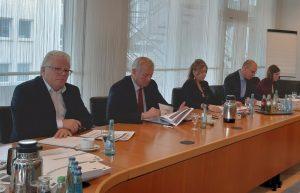 Stadtkämmerer Jörg Stüdemann (2. v.l.) bei Vorstellung des Entwurfs für den Doppelhaushalt 2020/2021