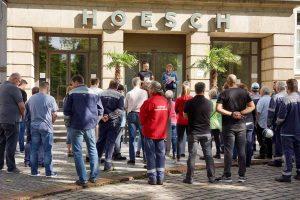 Vor dem Direktionsgebäude demonstrieren Hoeschianer traditionell für ihre Forderungen.
