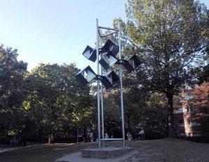 """""""Stählerner Baum"""" als kibernetische Kunst von George Rickey. Foto: A. Steger"""