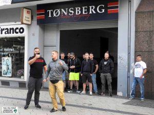 """Die Neonazis bauten sich als """"Schutzstaffel"""" vor dem Laden auf und machten die Security arbeitslos."""