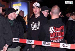 """Robin S. (re.) mit dem Bundesvorsitzenden der Neonazi-Partei """"Die Rechte"""", Sven Skoda, bei einer Kundgebung in der Nordstadt."""