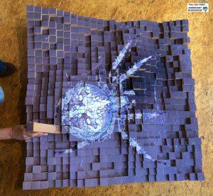 """Ausverkauf der Natur"""" nennt Michael Jaspert diese aus 625 Buchenklötzchen bestehende und mit jeweils 4 mal 4 Zentimeter großen Details eines überdimensionalen Spinnenfotos bestehende Kunstwerk."""