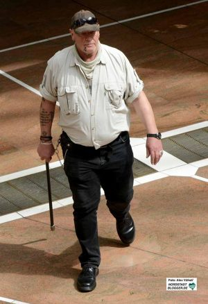 Siegfried Borchardt ist seit Jahren mit martialischen Gehstöcken unterwegs.