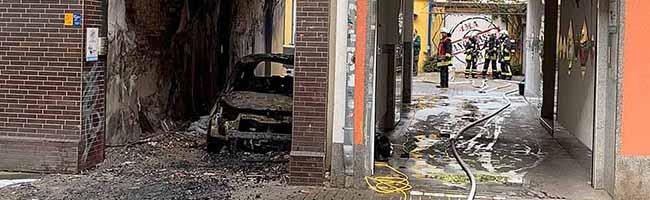 Fahrzeug- und Mülltonnen-Brand breitet sich auf Haus aus – Wohnung nicht mehr zu bewohnen – Brandstiftung vermutet