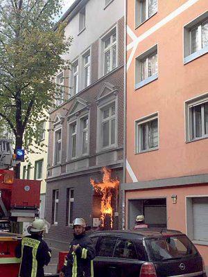 Durch das Feuer wurde die Gebäudedurchfahrt stark in Mitleidenschaft gezogen.