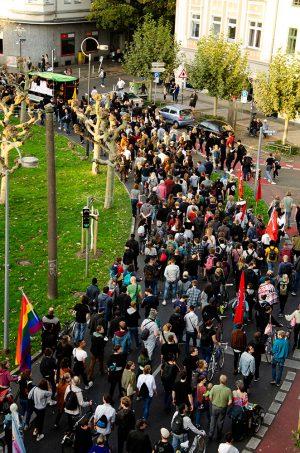 Am Borsigplatz setzte sich die erste der insgesamt fünf Demos in Bewegung. Foto: Ole Meier
