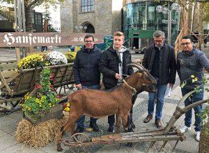 """Freuen sich auf den Hansemarkt vom 30. Oktober bis 3. November: Patrick Arens, Frank Schulz und Foad Boulakhrif mit einem jungen """"Ziegenbändiger"""". Foto: Joachim vom Brocke"""