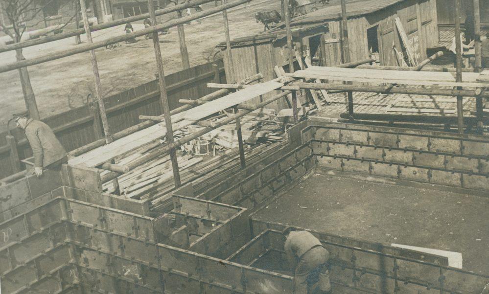Arbeiter beim Aufstellen der Verschalung (Stadtarchiv Dortmund, Bestand 3, Nr. 3093)