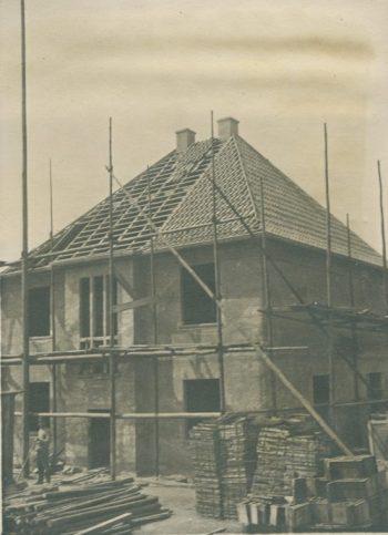 Das Dach des Musterhauses wird eingedeckt. (Stadtarchiv Dortmund, Bestand 3, lfd. Nr. 3093)
