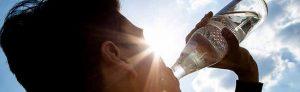"""Ersetzt 37 PET-Flaschen: Die """"Glasperlenflasche"""" ist die am meisten verbreitete Mehrweg-Wasserflasche. Sie steht nicht nur bei der Ökobilanz ganz oben, sondern sichert auch Jobs bei Herstellern und Abfüllern. Foto: NGG"""