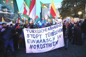In den vergangenen Tagen gab es mehrfach friedliche Demonstrationen und Proteste gegen den türkischen Einmarsch in Nordsyrien.