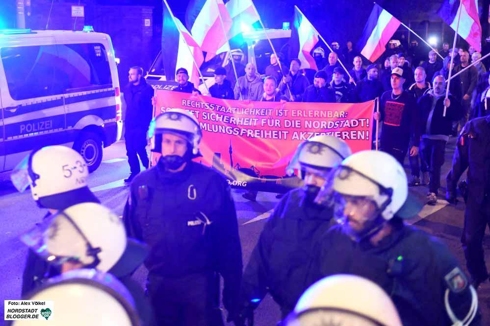 Begleitet von einem großen Polizeiaufgebot ziehen die Neonazis jeden Montag durch die Nordstadt.