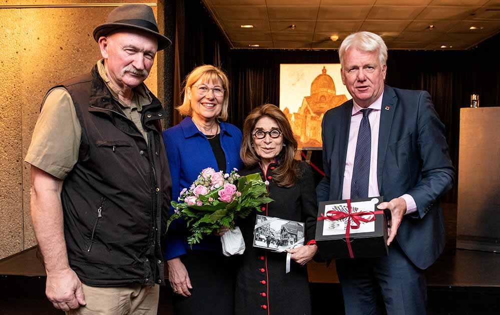 Alexander Dettmar (Maler des Öl-Gemäldes), Prof. Dr. Dr. hc. Ursula Gather (Rektorin der TU Dortmund), Gönnerin Carol Strauss und OB Ullrich Sierau (v.l.n.r.). Foto: Roland Gorecki