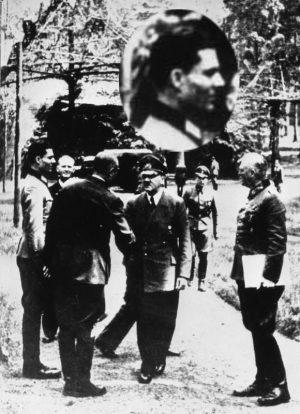"""Führerhauptquartier """"Wolfsschanze"""".- vlnr: Claus Schenk Graf von Stauffenberg, Karl-Jesko von Puttkamer, unbekannt, Adolf Hitler, Wilhelm Keitel am 15.7.1944. Foto: Bundesarchiv, Bild 146-1984-079-02 / CC-BY-SA 3.0"""