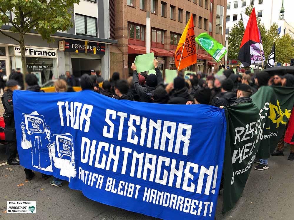 Am Samstag demonstrierten rund 350 AntifaschistInnen gegen den bei Nazis beliebten Szene-Laden. Fotos: Alex Völkel