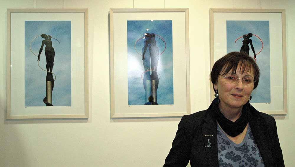 Die Dortmunder Künstlerin Ulrike Fahle in ihrer Ausstellung. Foto: Stadt- und Landesbibliothek