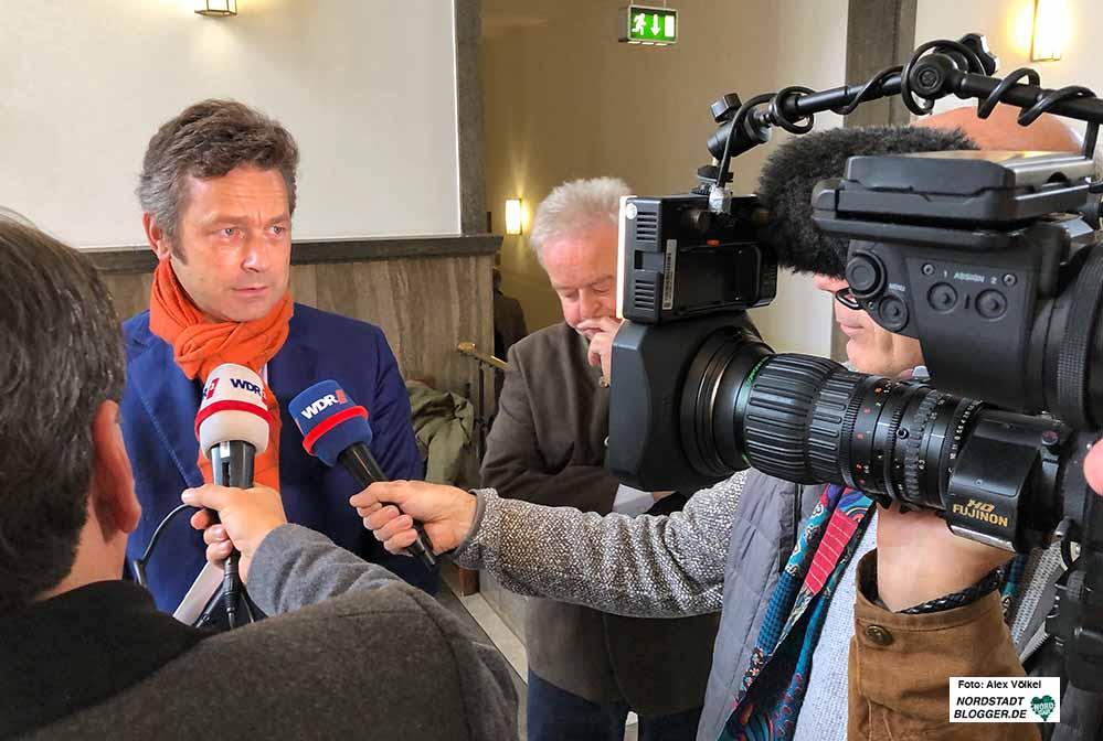 Verleger Lambert Lensing-Wolff (mit Rechtsanwalt Michael Rath-Glawatz im Hintergrund), konnte vor dem Landgericht einen vollen Erfolg verbuchen. Fotos: Alex Völkel