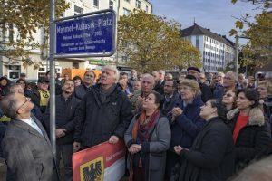 Jenseits von Staatsangehörigkeit und Religion: Trauer und Entschlossenheit bei der Benennung. Fotos: Alex Völkel und Franz Luthe