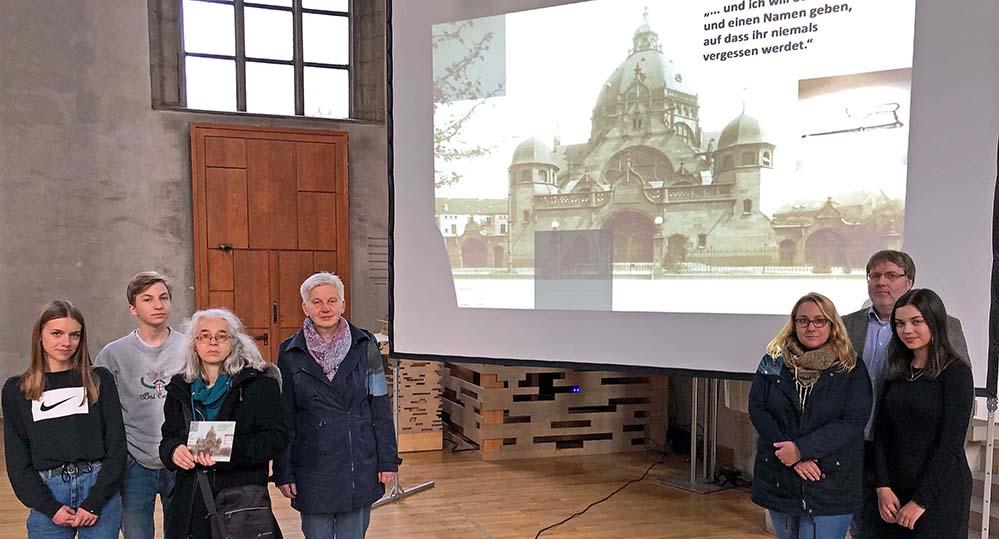 xBereiten in der Stadtkirche St. Petri das ökomenische Gedenken an die Pogromnacht im November 1938 vor: SchülerInnen des Phoenix-Gymnasiums mit Pfarrerin Christel Schürmann, Sigrid Schäfer und Burkhard Kurz.