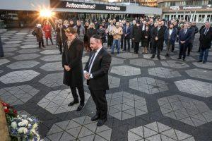 Bürgermeisterin Birgit Jörder und Rabbiner Baruch Babaev haben Kränze niedergelegt.