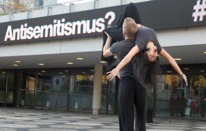 Auf dem Platz der Alten Synagoge fand eine theatral- musikalische Aktion der Jugendclubs des Theaters Dortmund statt.