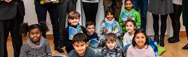 """Sprachförderung, die Spaß macht: drittes Lesebuch erzählt die Abenteuer des Nashorns """"Plappermaul"""" in sieben Sprachen"""