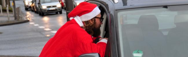 Zu den Festtagen mal die freundliche Tour: Weihnachtsmann beschenkt in Dortmund Falschparker*innen und klärt auf