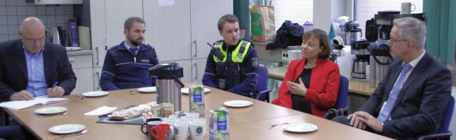 """""""Es ist ein Segen, dass Sie da sind"""" – Präses Annette Kurschus besucht zu Weihnachten Polizei und Diakonie"""