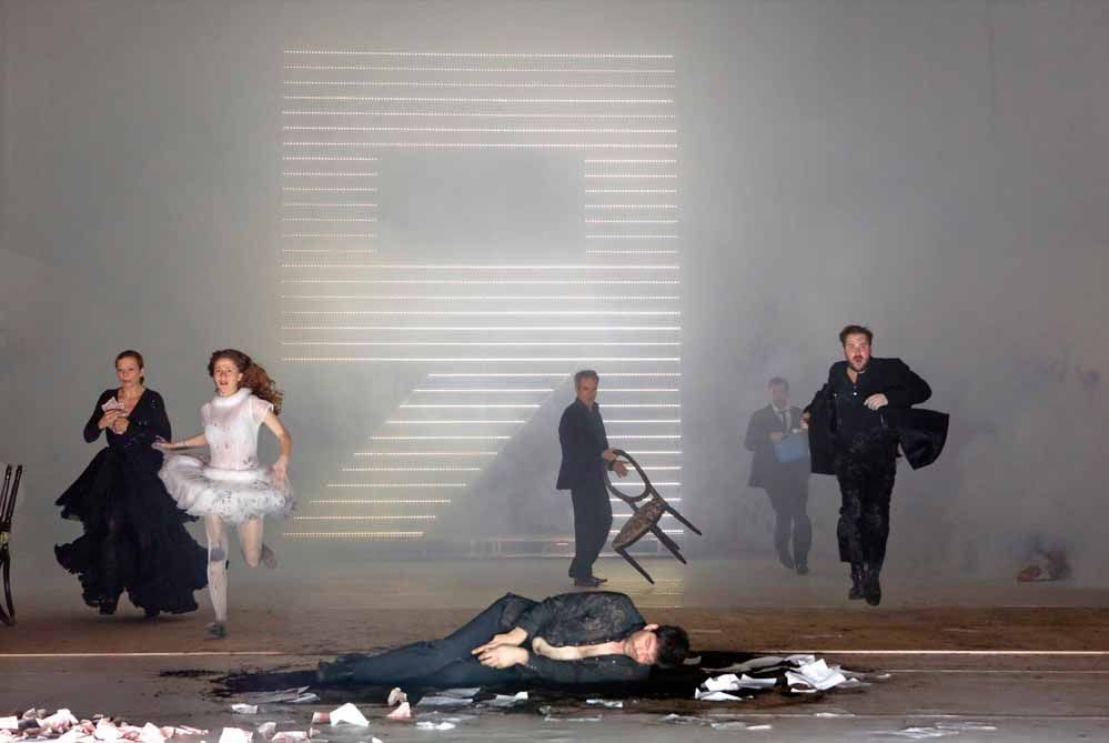"""Probenfotos zu """"Die Dämonen"""" mit Friederike Tiefenbacher, Alexandra Sinelnikova, Frank Genser, Ekkehard Freye, Christian Freund und Jakob Benkhofer."""