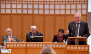 Ulrich Monegel (CDU), im Hintergrund Bürgermeister Manfred Sauer, OB Ullrich Sierau und Bürgermeisterin Birgit Jörder.
