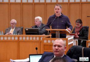 Michael Brück (Die Rechte) redet im Rat - viele Ratsmitglieder wenden sich ab.