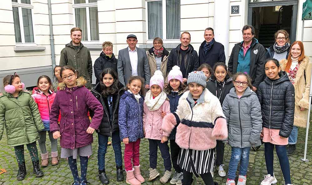 """Umgezogen ist das Quartiersmanagement Borsigplatz zum neuen Standort an der Oesterholzstraße. Neben einigen Gästen freuten sich die Kinder über den Zauberer """"Der große Mumpitz"""". Foto: Joachim vom Brocke"""
