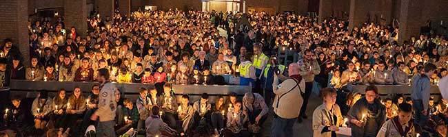 Mut zum Frieden in turbulenten Zeiten – 900 Pfadfinder*innen begrüßen das Friedenslicht in der St. Joseph-Kirche Dortmund