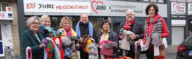 Spende: 700 selbst gestrickte Schals gegen soziale Kälte und 1500 Euro an fünf Obdachloseneinrichtungen in Dortmund