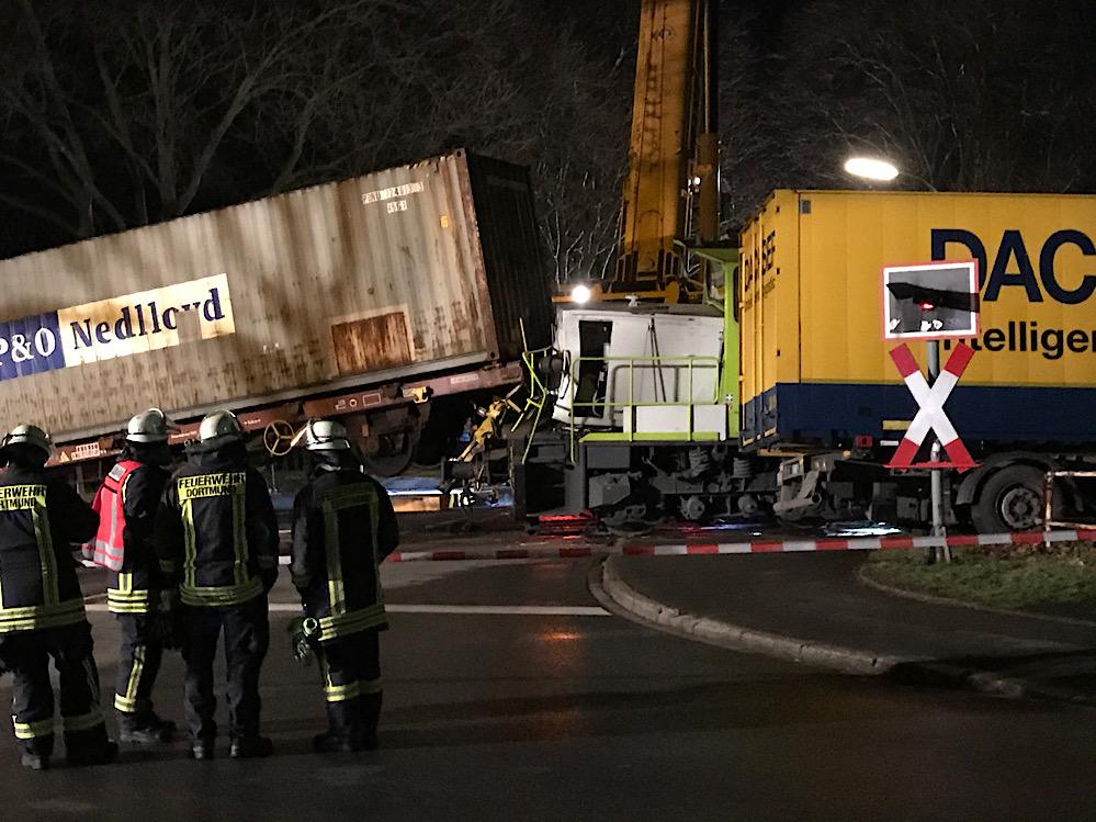 Der Lkw hat bei dem Zusammenstoß die Lok und einen Güterwaggon aus den Gleisen gehoben. Fotos: Karsten Wickern