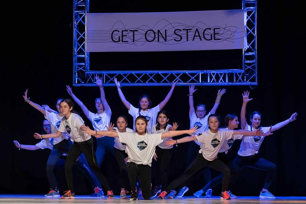 """Beim """"Get On Stage""""-Tanzfestival präsentieren 2020 87 Tanzgruppen ihre eigenen Choreografien aus Ballett, Modern Dance, Zeitgenössischem Tanz, Showtanz, Urbanem Tanz, Stepptanz, Afro, Folklore und Tanztheater. Fotos: Lucas Maserski"""
