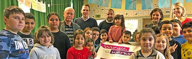 """Kinder der Nordmarkt-Grundschule wünschen sich einen helleren Spielplatz – Die """"Wunsch-Werkstatt"""" macht's möglich"""