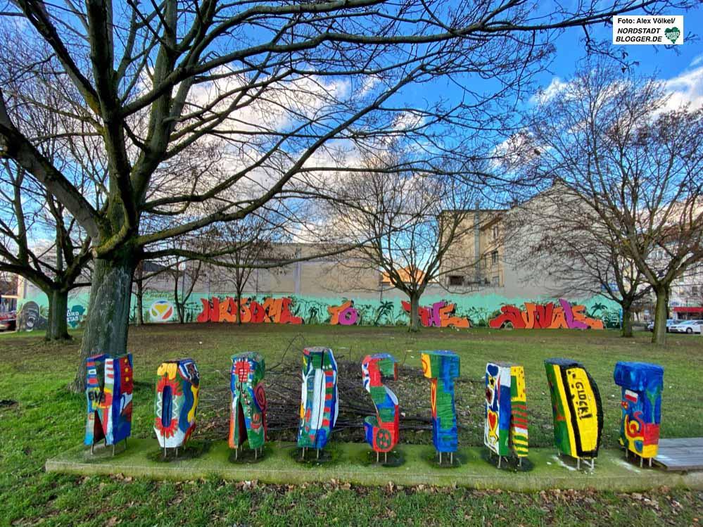 """Das umstrittene Graffito am Studio x: """"Welcome to the Djungle - Nordstadt"""" im Hintergrund. Foto: Alex Völkel"""