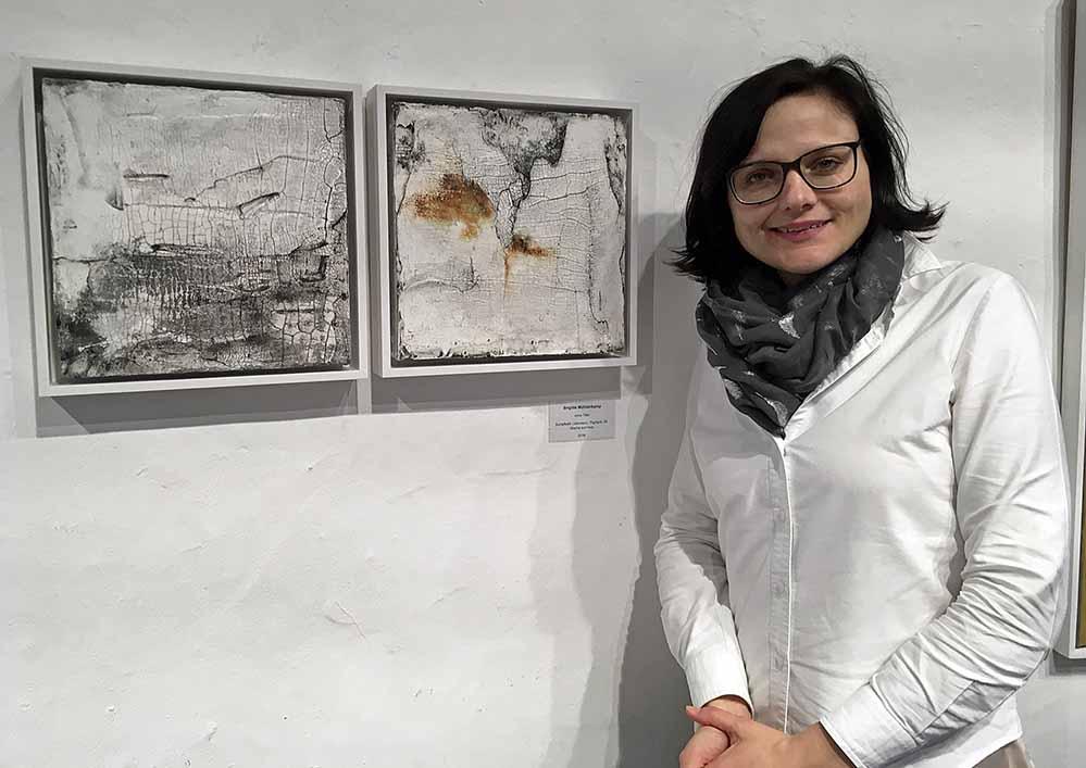 Hendrikje Spengler, Leiterin des Kulturbüros Dortmund, vor Arbeiten von Brigitte Mühlenkamp. Fotos: Katrin Pinetzki