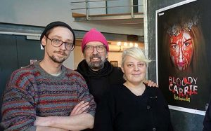 v.l. Daniel Kireth und Marek Kot vom Theater im Depot mit Regisseurin Rada Radojcic. Foto: Sascha Fijneman
