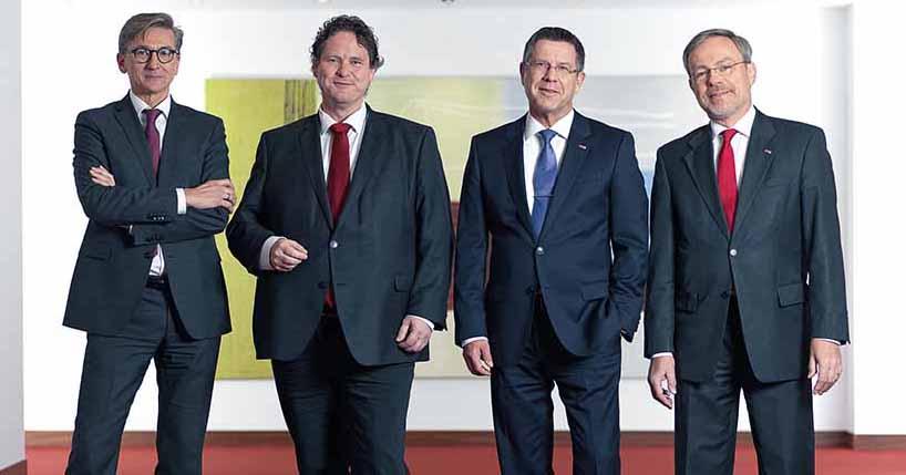 Der neue und erweiterte DSW21-Vorstand bleibt eine Männerdomäne: Finanzvorstand Jörg Jacoby, Arbeitsdirektor Harald Kraus, den Vorstandsvorsitzenden Guntram Pehlke und Verkehrsvorstand Hubert Jung (v.l). Foto: Christian Bohnenkamp