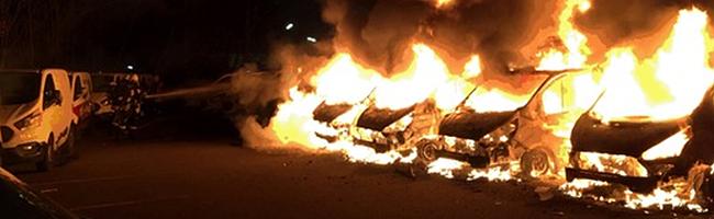 """Mehrere Lieferfahrzeuge von """"Flaschenpost"""" durch Brand im Hafen beschädigt – Polizei sucht mögliche Zeug*innen"""