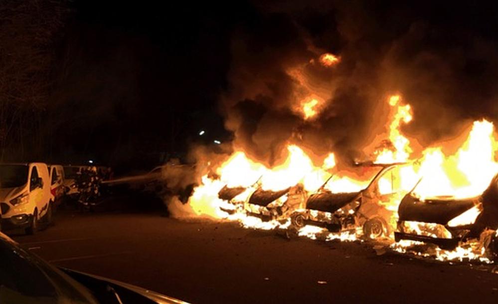 Fünf Transporter des Getränkelieferdienstes sind vollständig niedergebrannt. Foto: FWDO