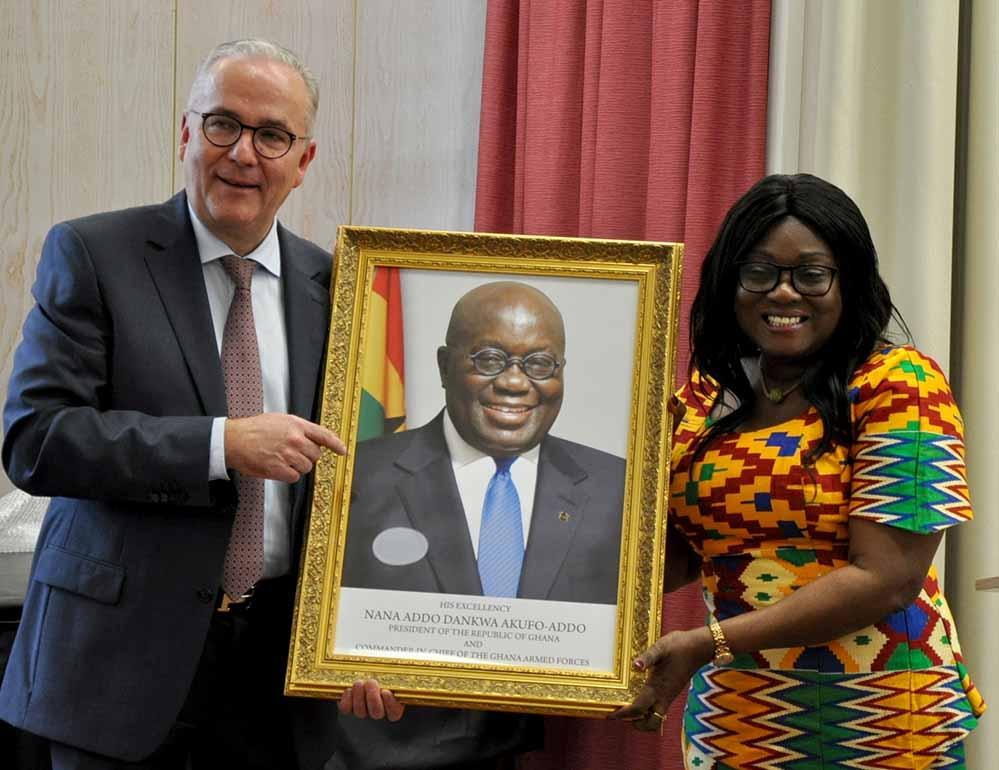 Feierliche Konsulat-Eröffnung: Botschafterin Gina Ama Blay überreicht Klaus Wegener das Portraitbild von Staatspräsident Akufo-Addo.
